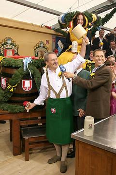 Мюнхенский мэр, Кристиан Уде, вскрывает первый бочонок Октоберфестовского пива